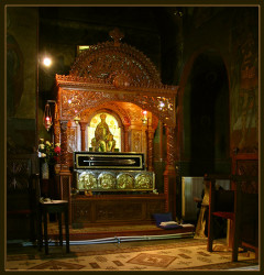 mihaela  Prayer near Holy Relics of Saint Grigorie Dascalu  219  2007-11-19 21:30:58
