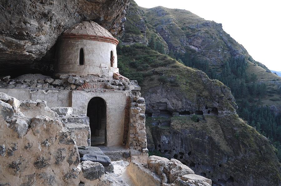 радегаст вооружен развалины пещерного монастыря фото какой